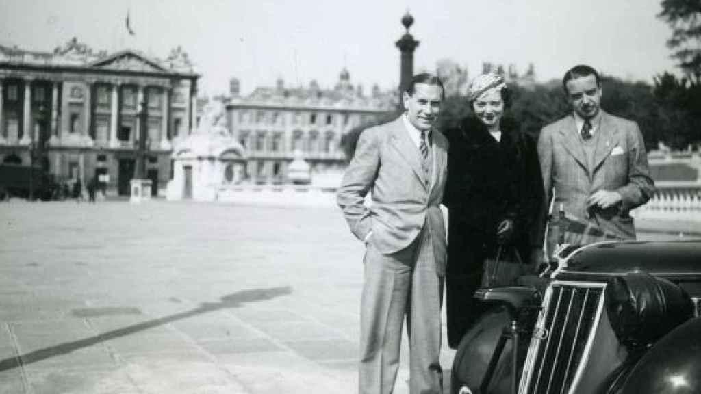Pedro Urrraca Rendueles, a la izquierda, con su mujer en París.