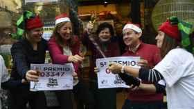 Celebración en la puerta de una de las administraciones de lotería que han vendido El Gordo, en este caso en Oviedo.