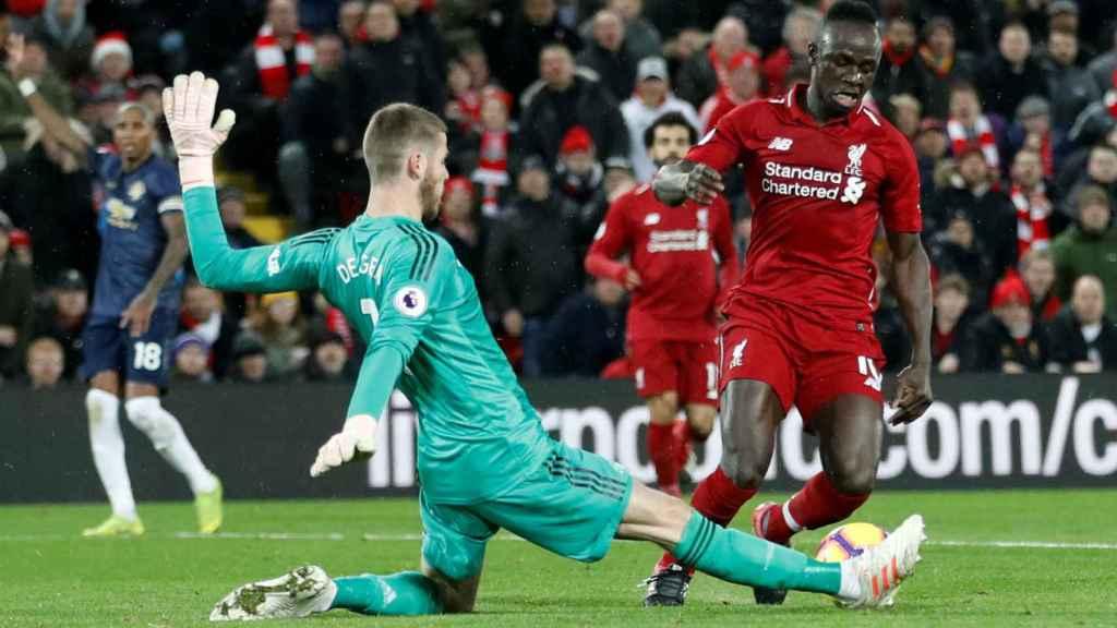 De Gea en un partido con el Manchester United frente a Sadio Mané