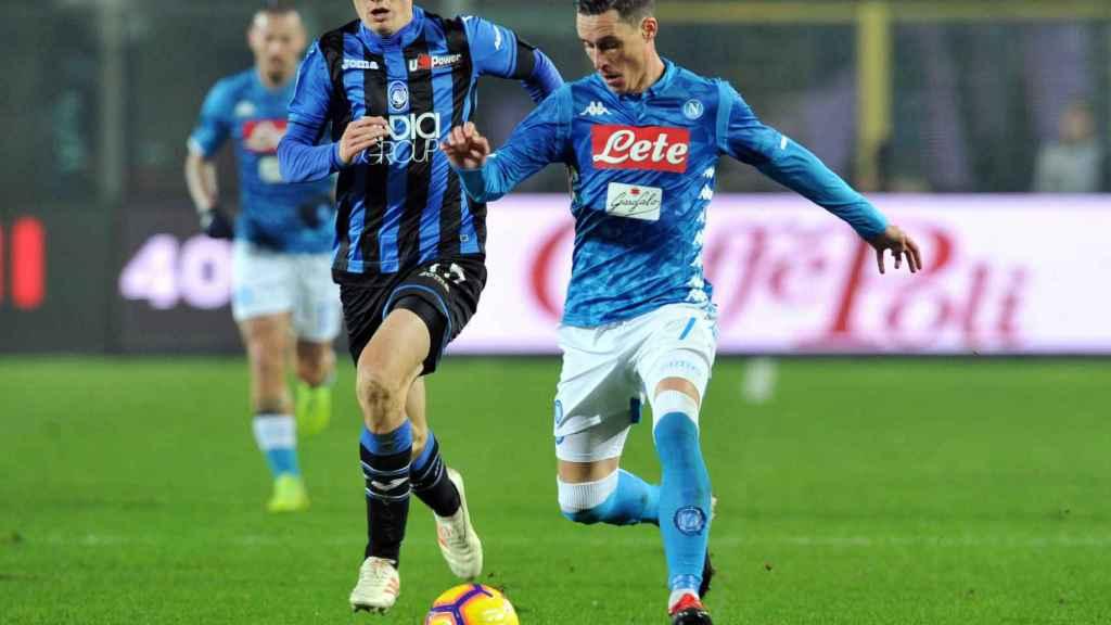Callejon disputa un balón con el Nápoles