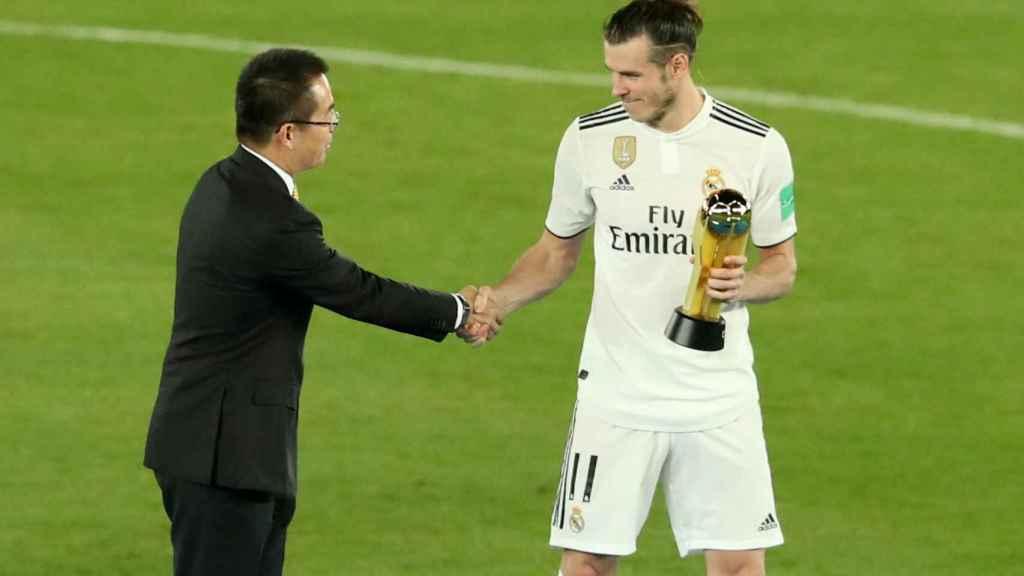 Gareth Bale, recibe el premio al máximo goleador del Mundial de Clubes