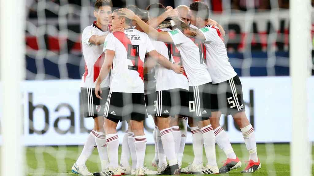 Los jugadores de River Plate se abrazan tras un gol al Kashima Antlers