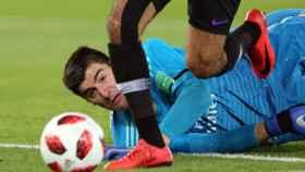 Courtois intenta detener el ataque de un jugador del Al Ain