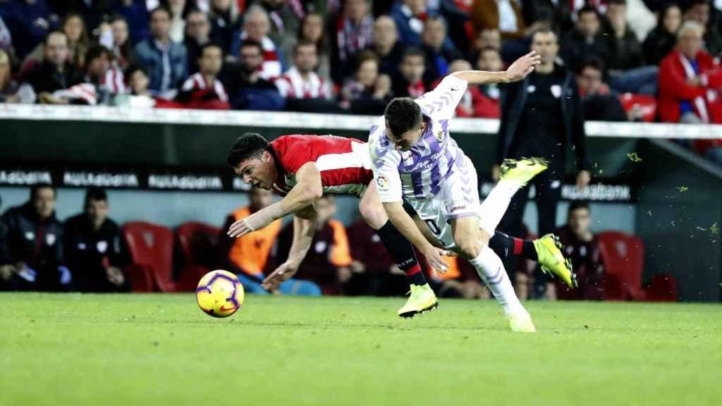 Capa y óscar Plano disputan un balón en el Athletic - Valladolid