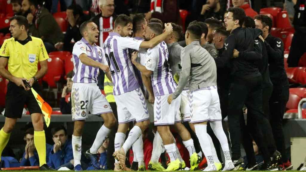 Los jugadores del Valladolid celebran el gol frente al Athletic