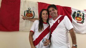 Jaime Yzaga, junto a su esposa y la bandera de Perú. Foto: Twitter (@YzagaJ)