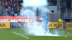El portero del Ajax  atacado con petardos y botellas por la afición del Utrecht