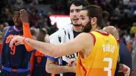 Ricky Rubio saluda a Álex Abrines al término del Utah Jazz - Oklahoma City Thunder