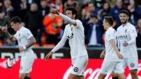 Parejo celebra un gol con el Valencia