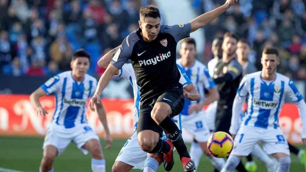 Ben Yedder, delantero del Sevilla, disputa el balón en el partido contra el Leganés
