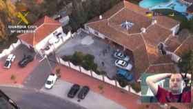 La mansión en Benalmádena donde residía el capo británico. Debajo, una imagen de él.