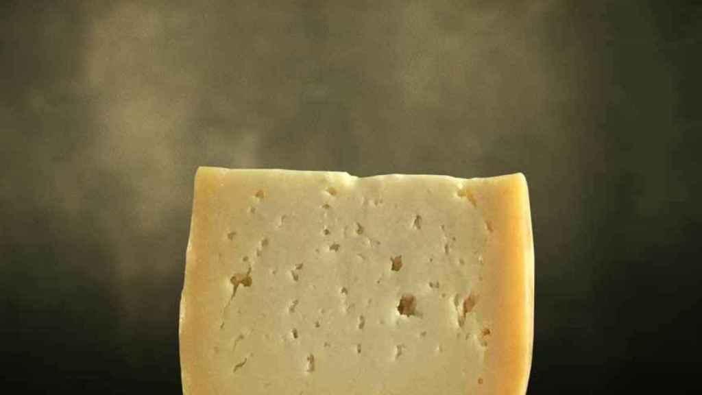 Una riquísima cuña de queso curado.