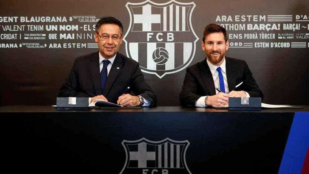 Bartomeu y Messi, durante el acto de renovación del argentino con el FC Barcelona