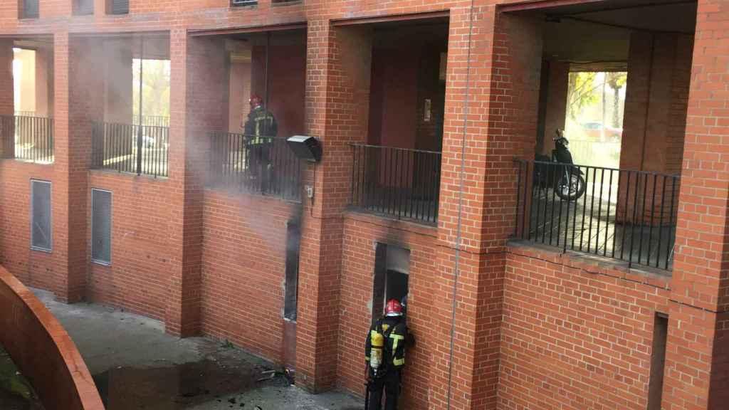 Los bomberos intentan sofocar el segundo incendio en la casa de los Pistoleros