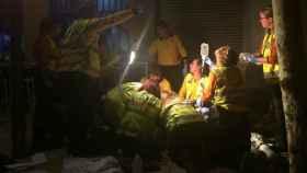 Facultativos del Samur atienden en agosto de 2017 al fallecido en plena calle.