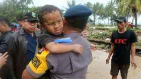 El niño milagro rescatado en Carita (Indonesia) tras 12 horas bajo los escombros.