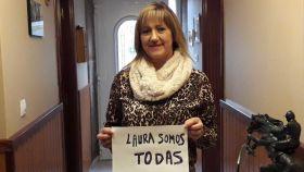 Eli es la madre de la joven. Posa con un cartel en apoyo a la familia de Laura Luelmo.