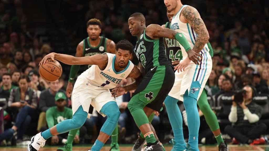 Dwayne Bacon y Willy Hernagómez, de los Charlotte Hornets, ante los Boston Celtics