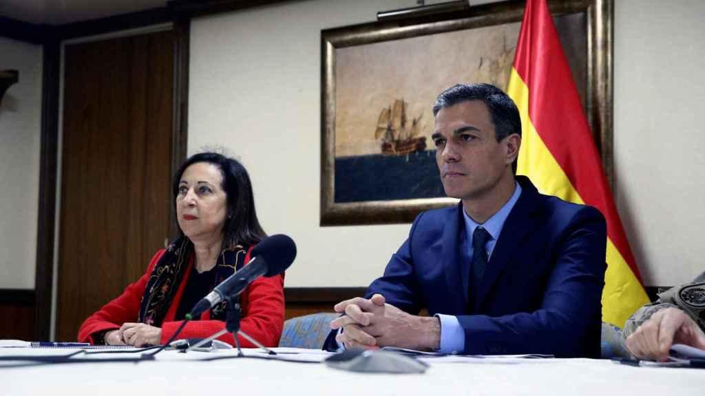 El presidente del Gobierno, Pedro Sánchez, junto a la ministra de Defensa, Margarita Robles