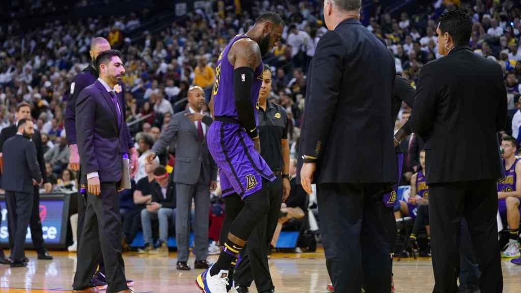 LeBron sale lesionado de la cancha