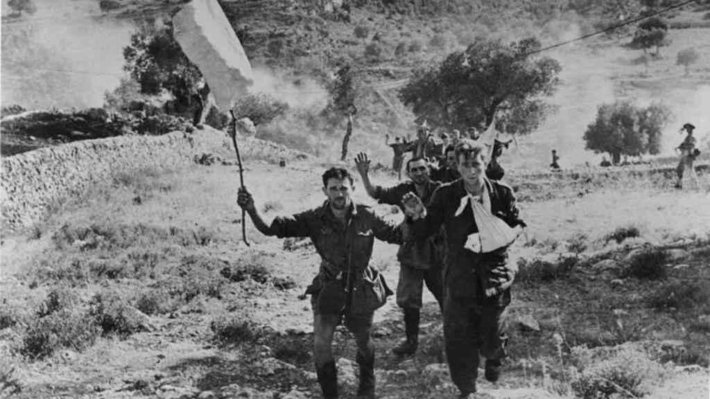 Soldados italianos rindiéndose a los ante los Aliados.