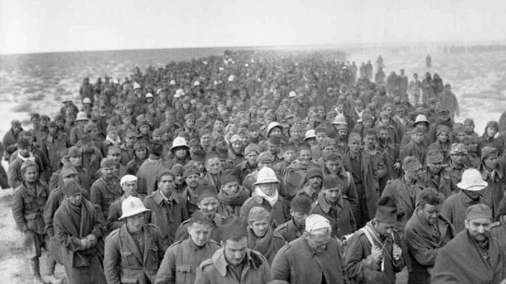 Un numeroso grupo de soldados italianos hechos prisioneros durante la II Guerra Mundial.