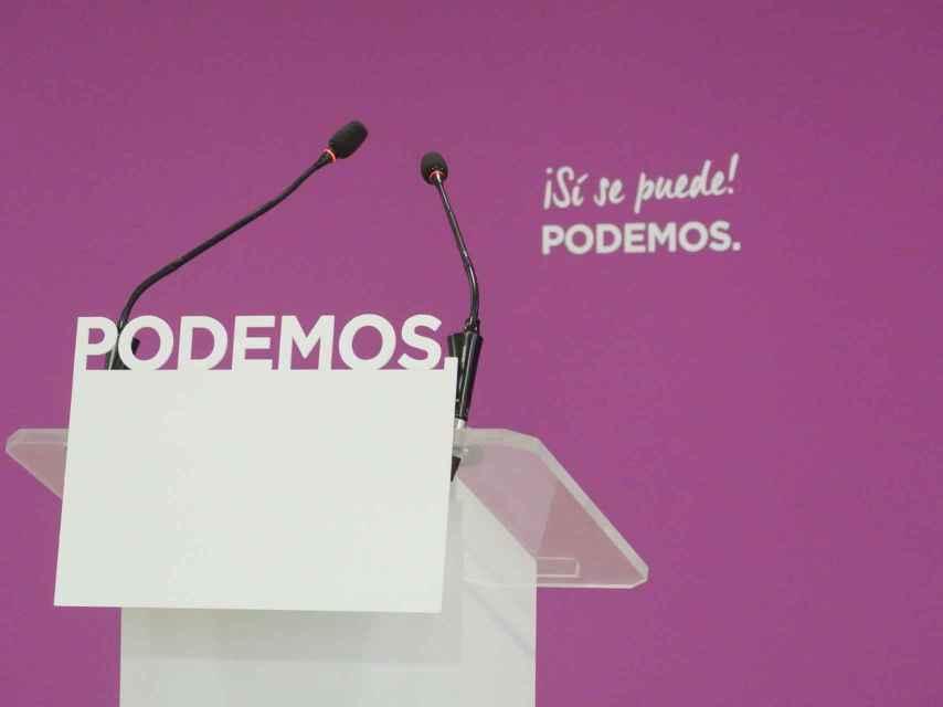 El atril vacío en la sala de prensa de la sede de Podemos en Madrid.