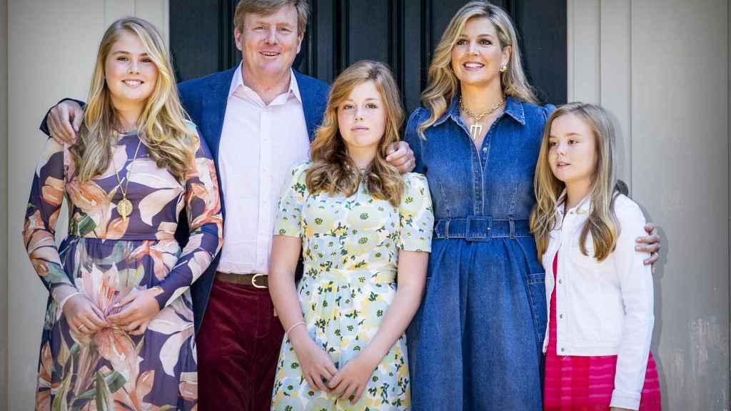 Los reyes de Holanda junto a sus hijas.