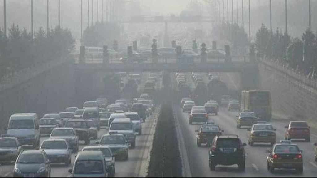 Los vehículos circulan sobre una boina de contaminación.