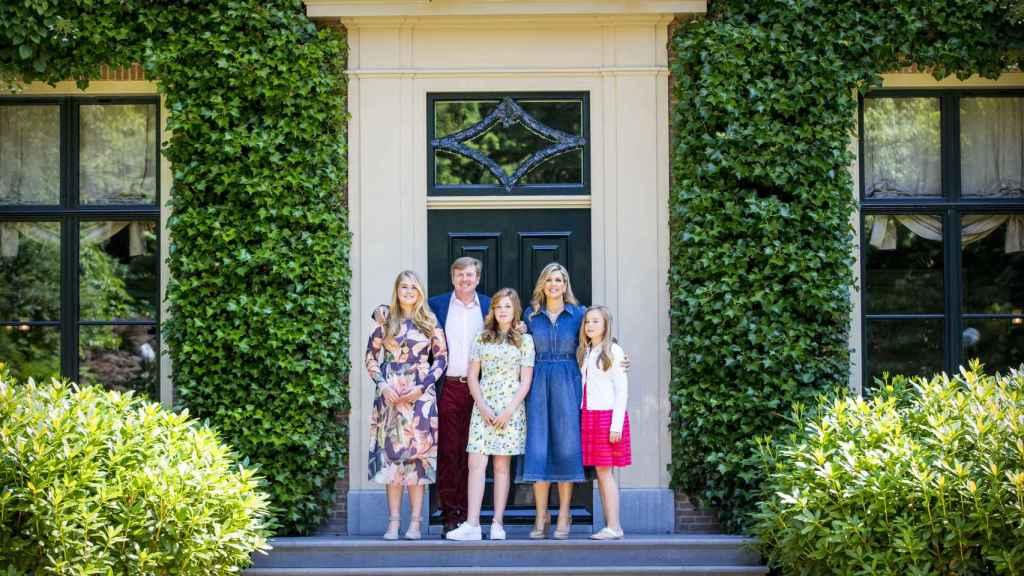Guillermo y Máxima de Holanda junto a sus hijas.