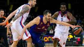 Pau Ribas, del Barcelona Lassa, mantiene el balón ante el Anadolu Efes