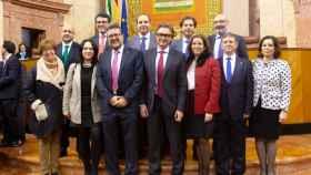 Los 12 diputados de Vox posan en su primer día en el Parlamento andaluz.