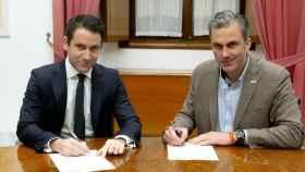 Los números 'dos' de PP y Vox a nivel nacional, Teodoro García Egea y Javier Ortega Smit, firman el acuerdo de la Mesa del Parlamento.