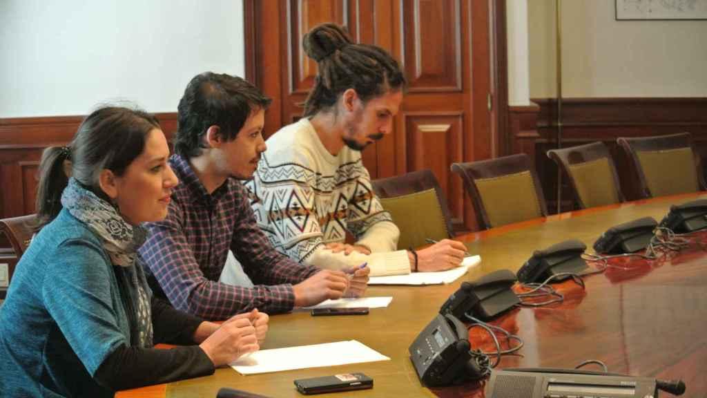 Los diputados de Podemos Ana Marcello, Segundo González y Alberto Rodríguez, reunidos con trabajadores de cuencas mineras en el Congreso.