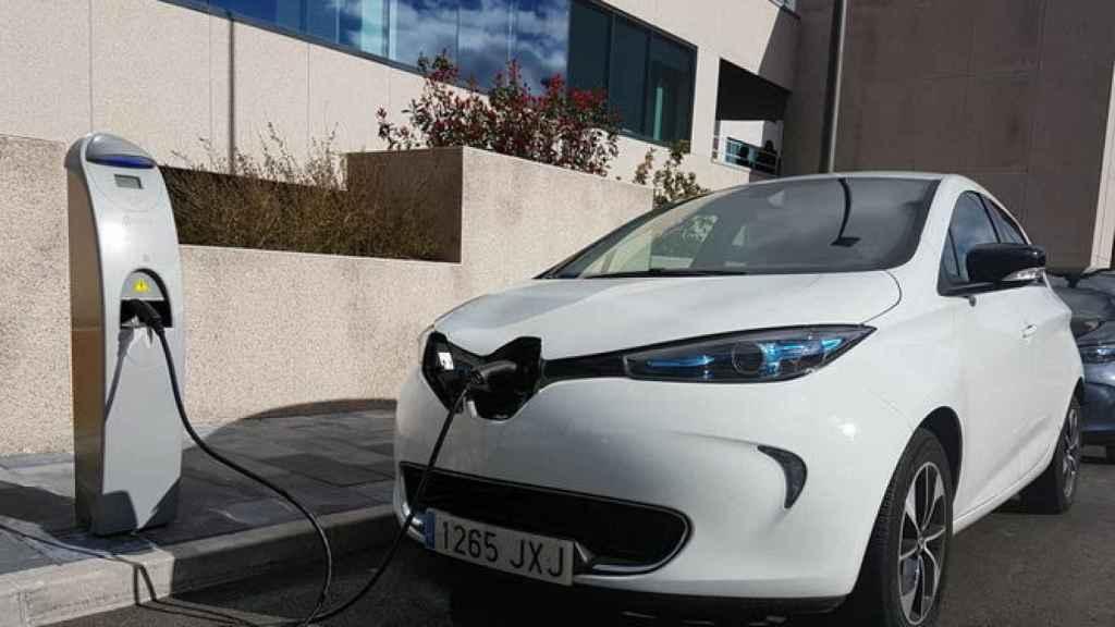 Un coche eléctrico para a repostar.