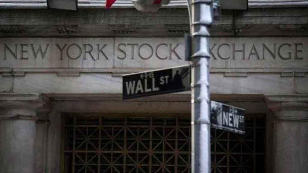 Rótulo de Wall Street ante la Bolsa de Nueva York.