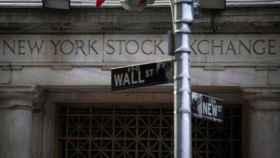 Rótulo indicador de Wall Street en Nueva York.