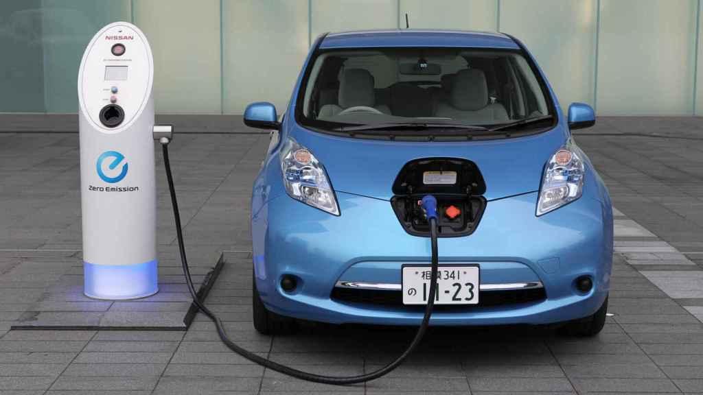 Un coche eléctrico reposta en un punto de recarga.