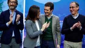 Pablo Casado (2d), Alfonso Alonso (d), Leticia Comerón (2i), e Iñaki Oyarzábal en Vitoria.