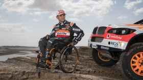 Isidre Esteve, junto al coche con el que competirá en la edición 2019 del Dakar.