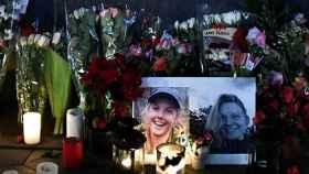 Varias personas encienden velas durante una vigilia en honor a las dos turistas escandinavas asesinadas en Marruecos.
