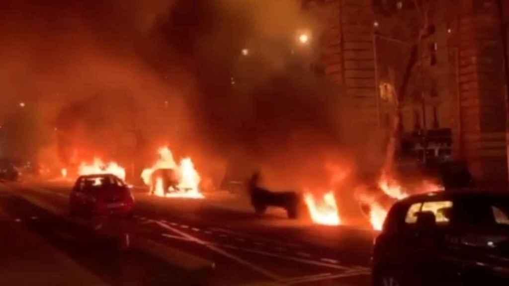 Coches en llamas enfrente del diario Le Parisien.