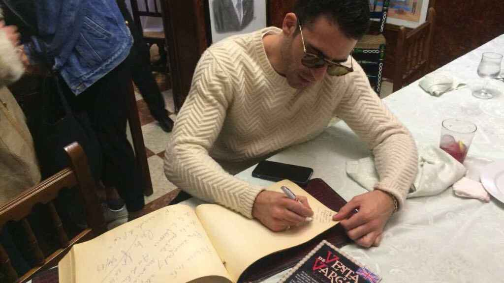 Miguel Ángel Silvestre firmando el libro de visitas de la Venta de Vargas.