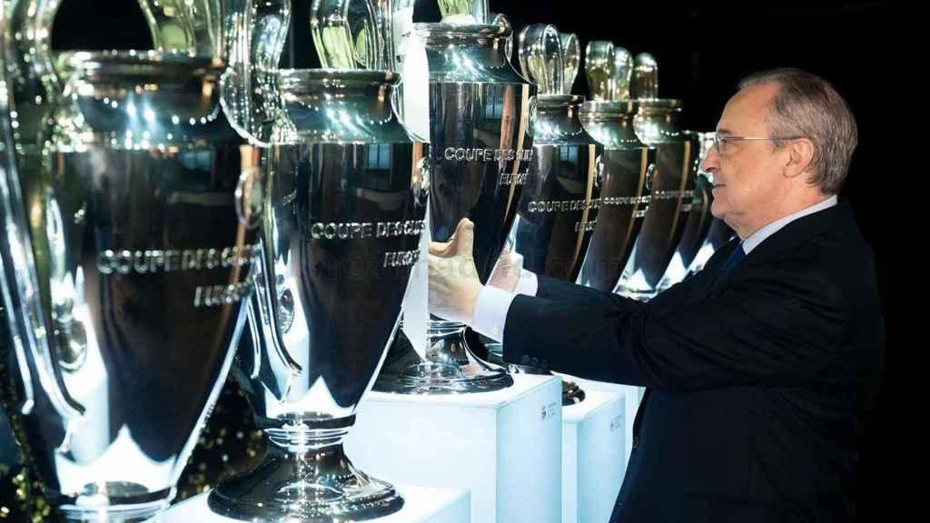 Florentino Pérez coloca La Decimotercera en la sala de trofeos del Santiago Bernabéu