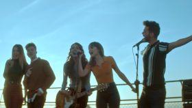 Lola Índigo, Raoul, Ana Guerra, Aitana y Agoney en el anuncio de Coca-Cola.