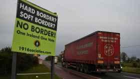 Carteles en contra de la frontera entre Irlanda e Irlanda del Norte.