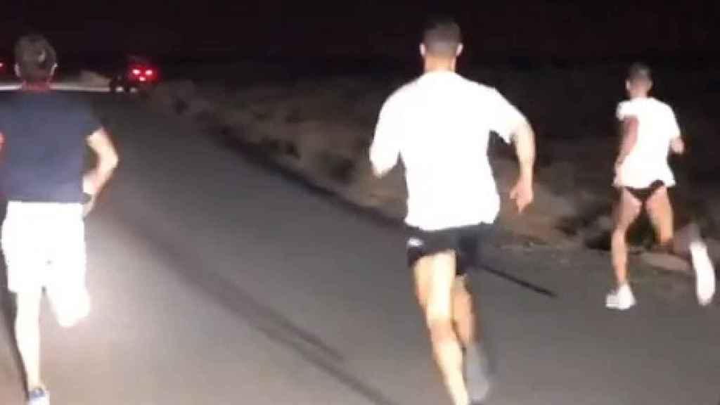 Cristiano Ronaldo corriendo de noche en medio de la carretera
