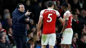 Emery dando indicaciones a sus jugadores
