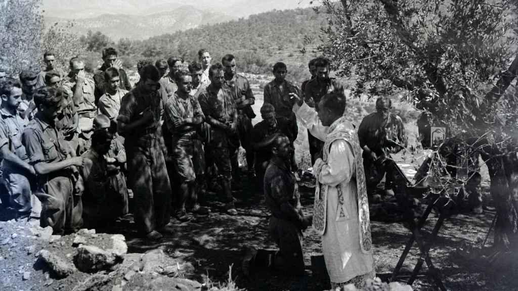 Absolución tras las confesiones y misa de los requetés del Tercio de Borgoña en el fente de Cataluña