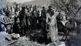 Absolución tras las confesiones y misa de los requetés del Tercio de Borgoña en el frente de Cataluña